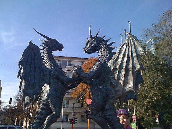 Скульптура влюбленных драконов, Болгария