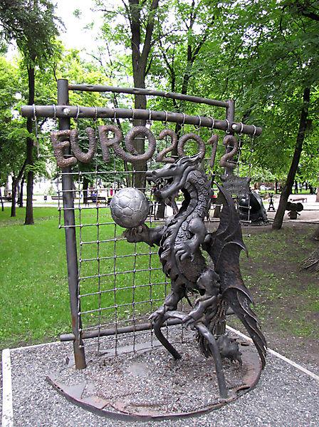 Скульптура дракона-футболиста в честь Евро-2012, Донецк, Украина