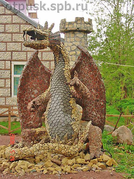 Скульптура дракона в Замке Де Ля Мур, Санкт-Петербурга