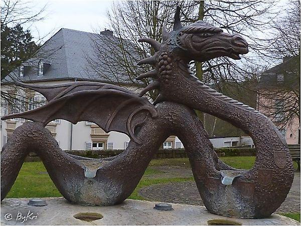 Скульптура-фонтан, созданная в форме дракона, Люксембург