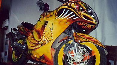 Мотоцикл раскрашен в дракона