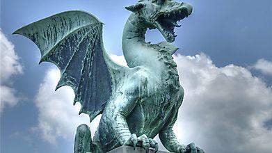 Статуя дракона на фоне неба
