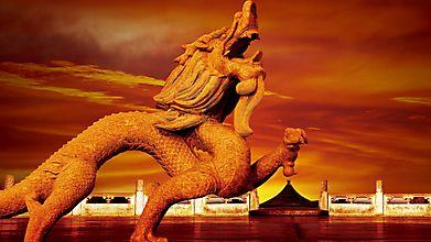 Статуя дракона на закате