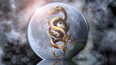 Восточный дракон на фоне луны