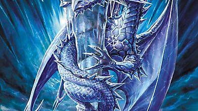 Ледяной дракон держится за сосульку