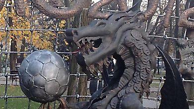 Скульптура дракона с футбольным мячом, Евро-2012, Донецк, Украина