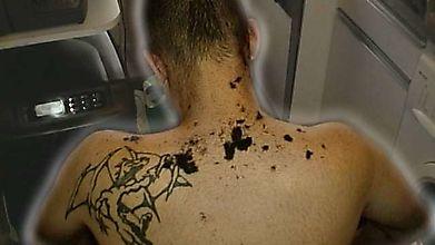 Грязное тату на спине волосатого парня