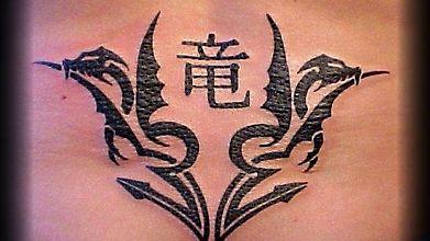 Татуировка с символом двух драконов