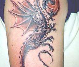 Тату огнедышащего дракона на предплечье