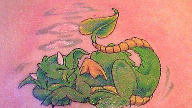 Татушка уснувшего дракошки
