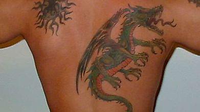 Татуировка дракона и пламенеющего солнца