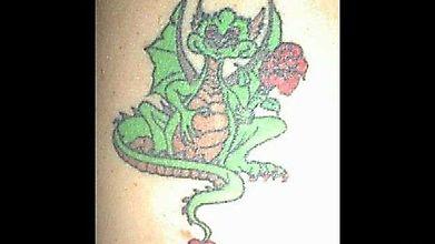 Татуировка с влюблённым дракончиком