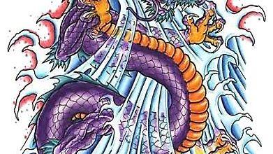 Восточный дракон купается в волнах моря