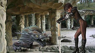 Секси-воительница ведёт беседу с драконом